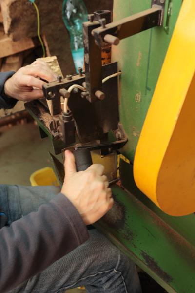 Quadrettatura delle bande di sughero : taglio delle bande in quadretti